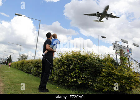Low flying passenger aircraft landing at Heathrow airport, London, UK  Photo : Pixstory / Alamy - Stock Photo