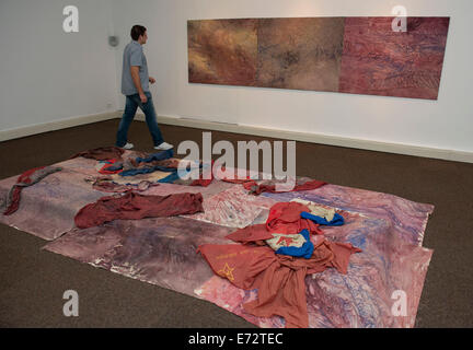 Zagreb, Croatia. 4th Sep, 2014. A visitor views an artwork during the Voyage to Europe 'I want to speak about the - Stock Photo