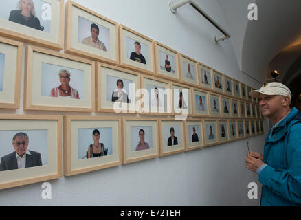 Zagreb, Croatia. 4th Sep, 2014. A visitor views artworks during the Voyage to Europe 'I want to speak about the - Stock Photo