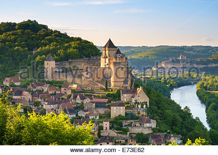Chateau de Castelnaud castle and village over Dordogne River valley in late afternoon, Castelnaud-la-Chapelle, Dordogne, - Stock Photo