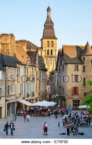 Cathédrale Saint-Sacerdos and old houses on Place de la Liberté in late afternoon, Sarlat-la-Canéda, Dordogne, Aquitaine, - Stock Photo