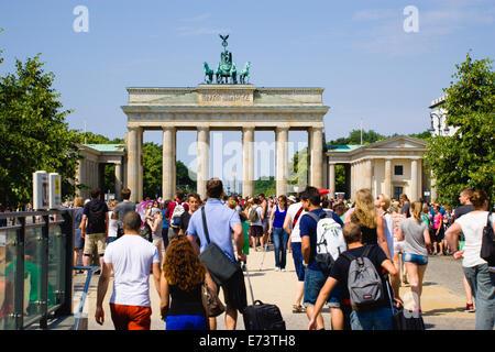 Germany, Berlin, Mitte, sightseeing tourists on Unter den Linden and walking towards the Brandenburg Gate, Brandenburger - Stock Photo