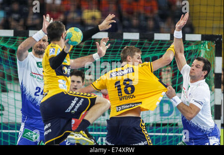 Frankfurt, Germany. 6th Sep, 2014. Rhein-Neckar Loewen's Andy Schmid (2nd L) throws the ball as he vies with Hamburg's - Stock Photo