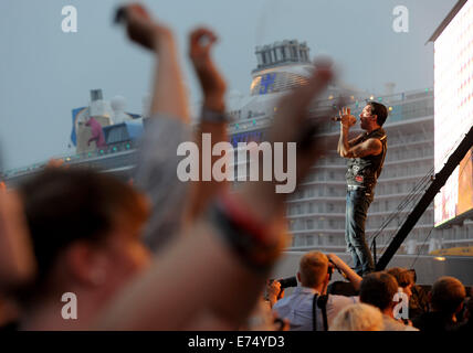 Papenburg, Germany. 6th Sep, 2014. Singer of the German band 'The BossHoss', Alec Voelkel, performs during music - Stock Photo
