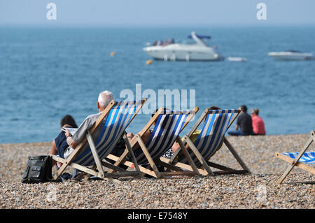 Brighton, Sussex, UK. 7th Sep, 2014. Weather: Crowds enjoy the hot weather this afternoon on Brighton beach and - Stock Photo