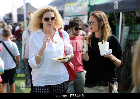 Brighton, Sussex, UK. 7th Sep, 2014. Crowds enjoy the food and weather at the Brighton and Hove Autumn Food and - Stock Photo