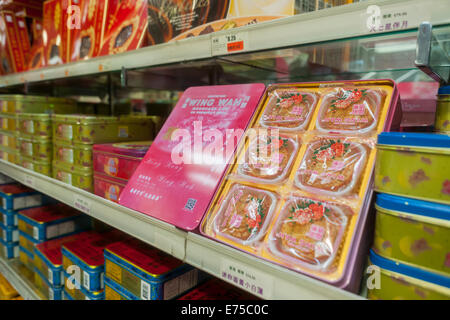 New York, USA. 7th September, 2014. Stores and bakeries in Chinatown in New York sell boxes and boxes of mooncakes - Stock Photo