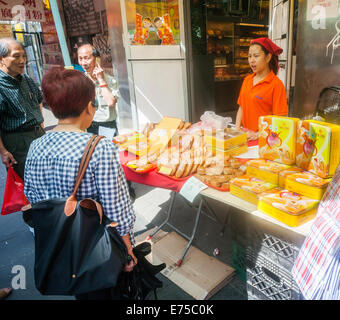 New York, USA. 7th September, 2014. Stores and bakeries in Chinatown sell boxes and boxes of mooncakes on Sunday, - Stock Photo