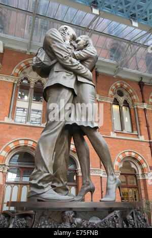 Paul Day's sculpture 'The Meeting Place' at London's St Pancreas Station - Stock Photo