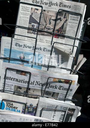 U.S.newspapers on sale outside London shop - Stock Photo