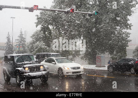 Calgary, Alberta, Canada, 8 Sep, 2014. Rush hour traffic on Memorial Drive as the first snowfall of the season brings - Stock Photo