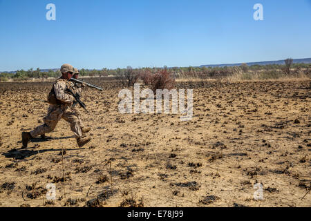 U.S. Marines with Bravo Company, 1st Battalion, 5th Marine Regiment, Marine Rotational Force-Darwin work as a unit - Stock Photo