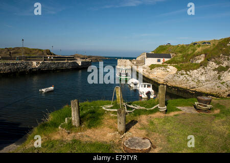 Ballintoy, County Antrim, Northern Ireland. 10th Sep, 2014. A warm sunny day at Ballintoy Harbour, Country Antrim. - Stock Photo