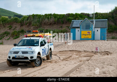 Lifeguards car next to station on the beach. Woolacombe Sands, Devon, UK. - Stock Photo