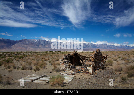 Derelict stone hut at the abandoned town of Swansea, near Keeler by Owens Lake, Owens Valley, and Sierra Nevada - Stock Photo