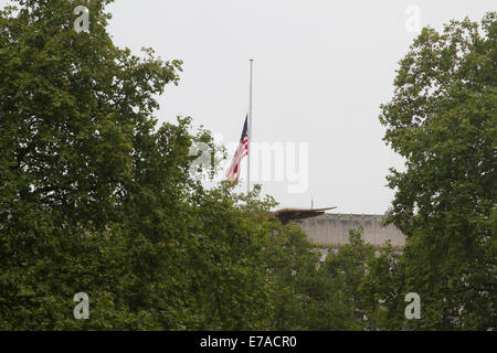 London, UK. 11th September, 2014.  Floral tributes are placed at the memorial opposite the American embassy in Grosvenor - Stock Photo