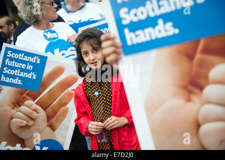 Glasgow, Scotland. 14th September, 2014. Pro-Scottish independence supporters gather in Albert Drive (Pollokshields) - Stock Photo
