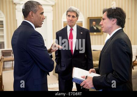 US President Barack Obama talks with Secretary of State John Kerry and Tony Blinken, Deputy National Security Advisor, - Stock Photo