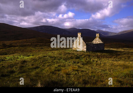 DESERTED CROFT HOUSE IN THE REMOTE HILLS OF SUTHERLAND SCOTLAND - Stock Photo