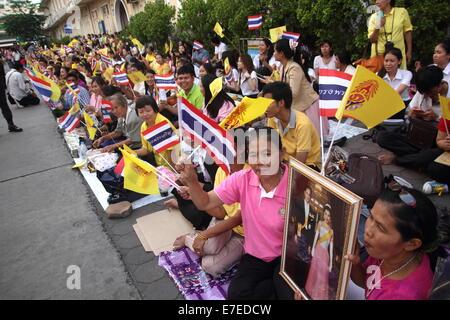 Bangkok, Thailand. 15th Sep 2014. Thai people waiting for the king at Siriraj Hospital. Thai King Bhumibol Adulyadej - Stock Photo