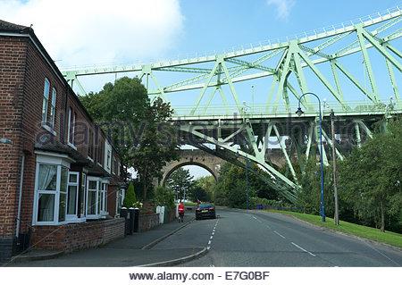 Properties adjacent to the Runcorn - Widnes Bridge (Silver Jubilee Bridge) & an arch of the railway bridge. Runcorn, - Stock Photo
