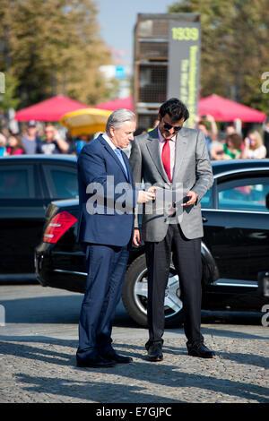 The Emir of Qatar, Sheik Tamim Bin Hamad al-Thani, and Klaus Wowereit (R, SPD), acting mayor of Berlin, stand at - Stock Photo