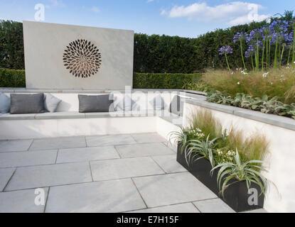 Garden - British Association of Landscape Industriies -  Vogue - contemporary modern garden - hedge and stone w - Stock Photo