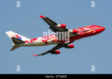 Malaysia Airlines (Hibiscus) Boeing 747-400 climbs away from runway 09R at London Heathrow airport. - Stock Photo