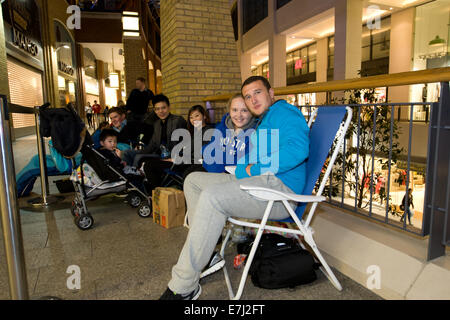 Blefast, Northern Ireland. 18th September, 2014.  Roy and Shauna from Dublin travelled up to Belfast and began queuing - Stock Photo