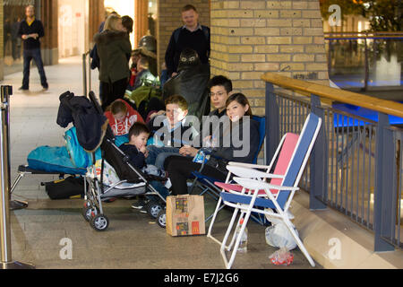 Blefast, Northern Ireland. 18th September, 2014.  A small crowd of people began queuing for IPhone 6 at the Apple - Stock Photo