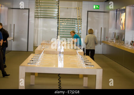 Blefast, Northern Ireland. 18th September, 2014. Inside the the Apple shop in Belfast where the IPhone 6 at the - Stock Photo
