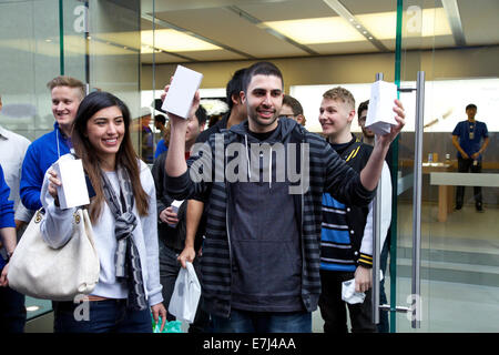 Sydney, Australia. 19th Sep, 2014. The first two buyers in Sydney including David Rahimi editor-in-chief at PhoneBuff.com - Stock Photo