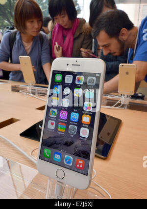 Tokyo, Japan. 19th Sept, 2014. Apple's new pair of iPhones - iPhone 6 and its larger variant iPhone 6 Plus. 19th - Stock Photo