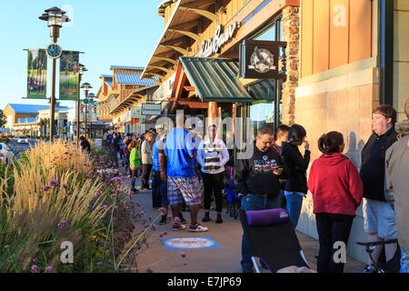 Littleton, Colorado USA. 19 Sept. 2014.  Customers line up outside of the Apple Store at the Aspen Grove Shopping - Stock Photo