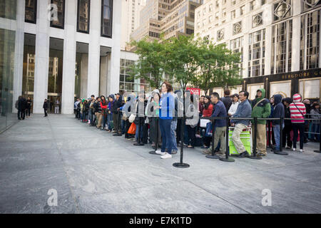 New York, USA. 19th September, 2014. Thousands of customers line up to enter the Apple store on Fifth Avenue in - Stock Photo