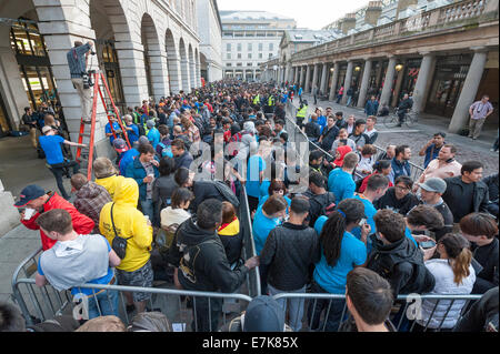 Covent Garden, London, UK. 19th September 2014. Crowds gather outside the Apple shop in Covent Garden before the - Stock Photo