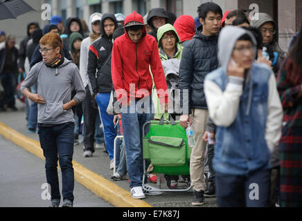 Richmond, Canada. 19th Sep, 2014. Customers line up for the new iPhone 6 and iPhone 6 Plus outside the Apple Richmond - Stock Photo