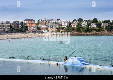 France, Ille et Vilaine, cote d'emeraude, (Ermerald Coast), Dinard, outdoor swimming pool and l'Ecluse Beach - Stock Photo