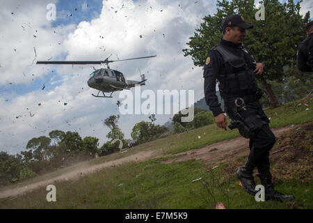 San Juan Sacatepequez, Guatemala. 20th Sep, 2014. An agent of Guatemala's National Police guards the site where - Stock Photo