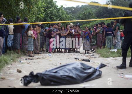 (140921) --SAN JUAN SACATEPEQUEZ, Sept. 21, 2014 (Xinhua) -- Residents look at the site where a series of violences - Stock Photo