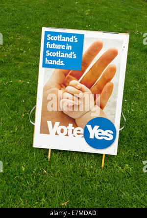 SCOTTISH INDEPENDENCE REFERENDUM 2014 VOTE YES SIGN SCOTLANDS FUTURE IN SCOTLANDS HANDS - Stock Photo