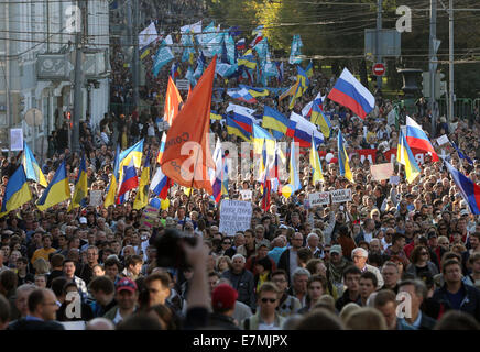 ITAR-TASS: MOSCOW, RUSSIA. SEPTEMBER 21, 2014. Opposition demonstrators stage the Peace March against the war in - Stock Photo