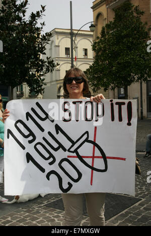 Italy. 21st September, 2014. Protesters from Campania and Naples bring banners and slogans, shouting against Ukraine's - Stock Photo