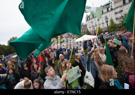 Oslo, Norway, 21st Sep, 2014. Green flags wave over thousands marching through downtown Oslo, Norway, to support - Stock Photo