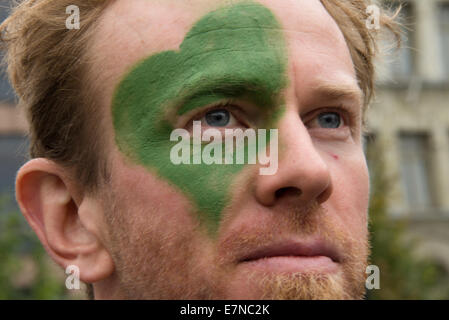 Oslo, Norway, 21st Sep, 2014. A man has a green heart painted on his face as thousands march through downtown Oslo, - Stock Photo