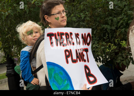 Oslo, Norway, 21st Sep, 2014. A sign reads, 'There Is No Planet B', as a mother carries her son among thousands - Stock Photo