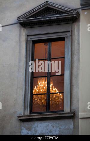 Un grande lampadario acceso dentro una vecchia casa a Milano, Italia, A large chandelier lit in an old house in - Stock Photo