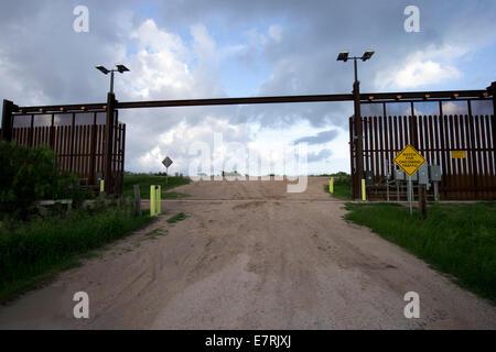 Texas, USA. 23rd Sept, 2014.  The border wallruns several miles through a rural area east of Brownsville, Texas - Stock Photo