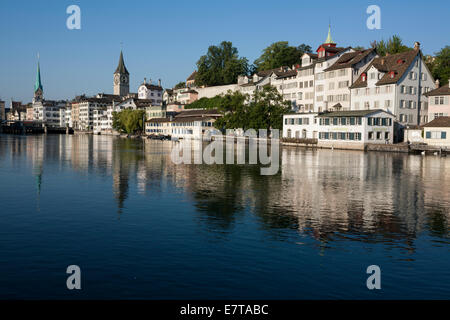 A view across the Limmat in the old town region of Zürich, Switzerland. - Stock Photo