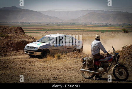 Tehran, Southern Iran. 25th Sep, 2014. An Iranian villager watches the first stage of the Middle East Rally Championship - Stock Photo